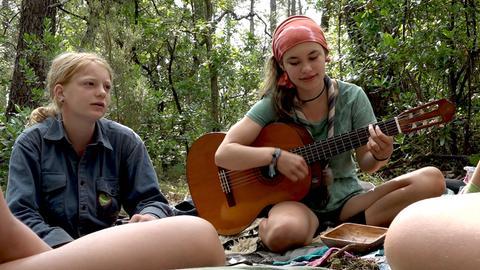 Gruppenleiterin Evali (re.) singt vor und nach dem Essen Lieder mit der Gruppe.