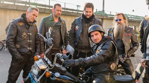 """Hasan Haferkamp (Tim Seyfi, M.) mischt sich als Rocker getarnt unter die berüchtigten """"Sons of Evil""""."""