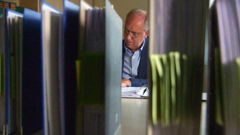 Rudolf Schmenger - einer der prominentesten Whistleblower der Republik. Ende der 90er Jahre deckt er auf, dass Großbanken ihren vermögenden Kunden helfen, Milliardenbeträge an der Steuer vorbei ins Ausland zu schleusen.