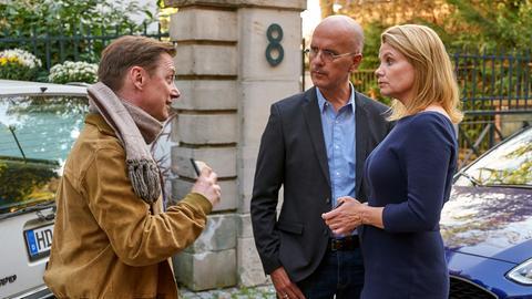 Klaus Wengler (Arndt Schwering-Sohnrey, li.) vom Jugendamt spricht Annette (Annette Frier) und Ingolf (Christoph Maria Herbst) ins Gewissen.