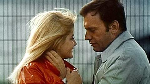 Der französische Schauspieler Bernard (Jean-Louis Trintignant) hat sich in die minderjährige Jane (Ewa Aulin) verliebt.
