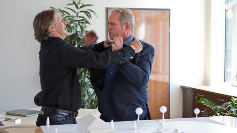 Nachdem Thomas Stickler (Harald Krassnitzer, r.) erfahren hat, dass Andreas Koblenz (Max Herbrechter, l.) seine Ideen gestohlen und die Seiten gewechselt hat, kommt es zu einer handgreiflichen Auseinandersetzung.