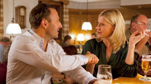 Flirt mit Folgen: Sophie Haas (Caroline Peters, r.) lernt im Gasthof Aubach Golflehrer Gerard (Robert Schupp, l.) kennen.