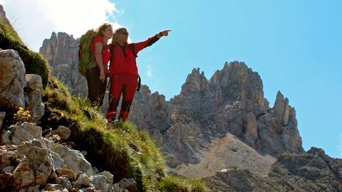 Bergwanderer im Aufstieg zur Pisahütte.