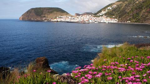 Blick auf Velas, eine Kleinstadt auf der Azoreninsel São Jorge.