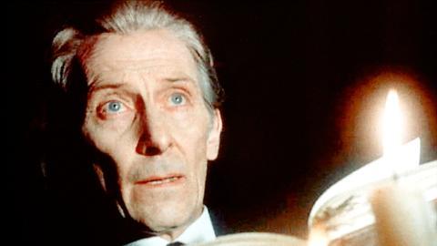 Mr. Smith (Peter Cushing) glaubt, dass er eine okkulte Methode entdeckt hat, um seinen verstorbenen Sohn wieder zum Leben zu erwecken.