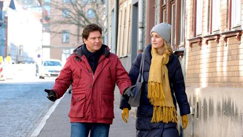Christian (Francis Fulton-Smith, l.) kann verstehen, dass Tanja (Christina Athenstädt, r.) ihren Töchtern den wahren Scheidungsgrund verschwiegen hat.