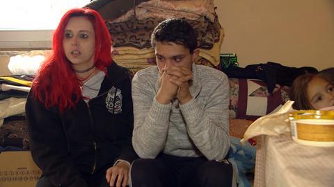 Jenny mit Daniel in seiner Hütte.