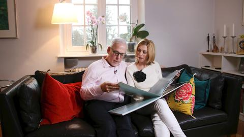 Martina Klein und Thomas Scheidemann beim Urlaubsfotos anschauen.