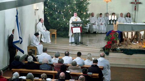 Pfarrer Bernd Langer in der gut besuchten St. Christophorus Kirche bei der Jubiläumsfeier, eine Woche vor der Profanierung.