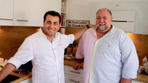 Sven Maximilian Seib (rechts), ambitionierter Hobbykoch, fordert den Profikoch Ali Güngörmüs aus München zur Koch-Challenge heraus.
