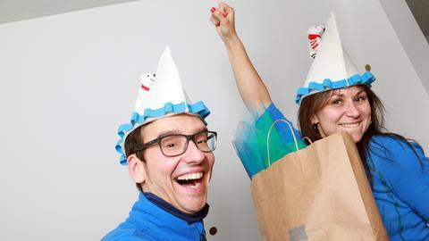 Drei Kandidatenpaare aus allen Ecken des Sendegebiets begeben sich auf eine unterhaltsame und spannende Jagd nach dem ultimativen, selbstgemachten Karnevalskostüm. Mit dabei: Marcel (l.) und Tamara haben ihr Kostüm fertig und tragen schon die passenden Hüte.