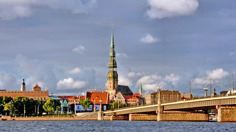Blick auf Riga in Lettland; in der Mitte die Petrikirche im Zentrum der Rigaer Altstadt.