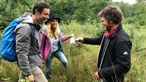 """Beim gemeinsamen Wandern mit Sonya Kraus (Mitte) hat Marco Schreyl (l.) eine Schlingnatter gefunden die der Biologe Alexander Terstegge (r.), auf den Namen """"Marco"""" tauft."""
