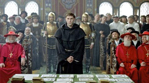Luther (Joseph Fiennes) muss sich vor dem Reichstag in Worms verantworten.
