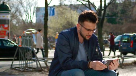 Amjad Al Tokan spricht am Handy mit seinem in Syrien inhaftiertem Freund James.