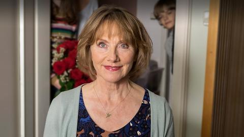 Eine überraschende Begegnung: Gisela (Ruth Reinecke) besorgt die Pille für ihre Enkelin ausgerechnet in der Apotheke von Theodor (Ernst Stötzner), den sie vom Friedhof kennt.