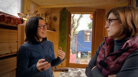 Tiny House trifft Schöner Wohnen: Jilly Latumena (links) wohnt in einem Bauwagen, hat ein Tiny House; Tina Humburg richtet Immobilien für den Verkauf ein.