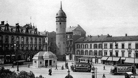 """Der Ernst-Ludwig-Platz in Darmstadt mit dem """"Weißen Turm""""."""