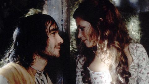 Die verliebte Flora (Anna Friel) will dem Husar St. Ives (Jean-Marc Barr) zur Flucht aus der britischen Kriegsgefangenschaft verhelfen.