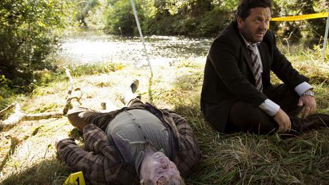 Detective Mike Shepherd (Neill Rea) kommt mit dem Auftrag nach Brokenwood, den Tod des Farmers Nate Dunn (Chris Sherwood) aufzuklären.