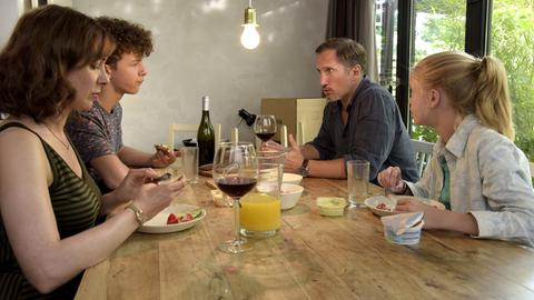 """Eigentlich eine """"normale"""" Familie: Mutter Marit (Maja Schöne) mit Jonas (Benno Fürmann) und den Kindern Luis (Max Boekhoff) und Selma (Maria Matschke)."""