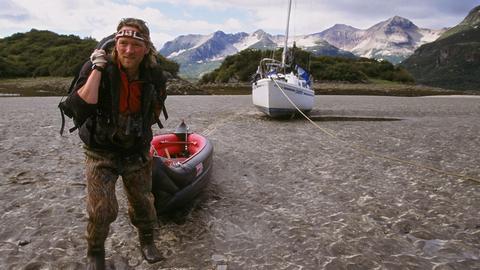 Die abenteuerliche Fahrt auf dem Yukon bringt auch Gefahren mit sich. Andreas Kieling beschließt die Tardis aus dem Wasser zu ziehen.
