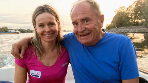 Holger Weinert mit der Freiwasserschwimmerin Angela Maurer auf dem Rhein.