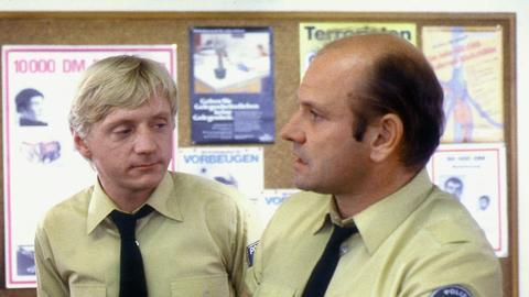Polizeihauptmeister Reinhold Dietze (Klaus Löwitsch, rechts) und Polizeiwachtmeister Michael Lück (Pierre Franckh).