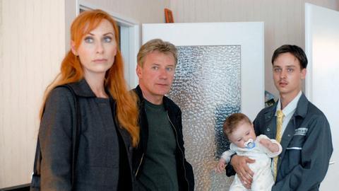 Patrick (Tom Schilling, rechts) ruft die Kommissare Sänger (Andrea Sawatzki) und Dellwo (Jörg Schüttauf), als er entdeckt, dass einer seiner Zwillinge tot ist.