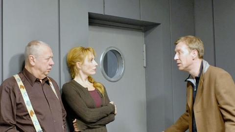 Herr Fromm (Peter Lerchbaumer, links), Leiter der Mordkommission, Kommissarin Charlotte Sänger (Andrea Sawatzki) und Herr Müritz (Oliver Stritzel).