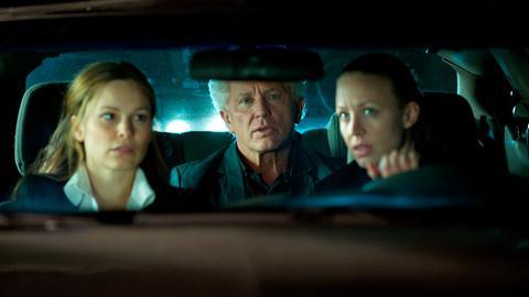Ivo Batic (Miroslav Nemec) fährt als verdeckter Ermittler mit Sandra (Mina Tander, links) und Isabella (Nina Proll) in die Villa ihrer betrügerischen Tierschutzorganisation.