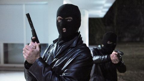Maskierte Killer: Zeljko Jovanovic (Marko Pustisek, l.) und Ante Stelic (Giorgi Gvinadze).