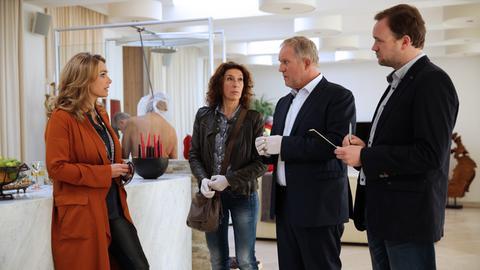 Die Kommissare Bibi Fellner (Adele Neuhauser) und Moritz Eisner (Harald Krassnitzer) im Gespräch mit Angelika Hausberger (Aglaia Syzszkowitz, links) und Manfred Schimpf (Thomas Stipsits, rechts).