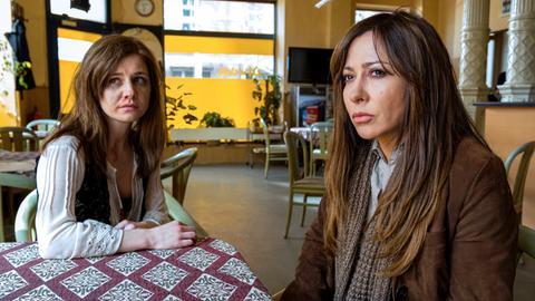 Julia Bahrig (Josefine Preuß, links) konnte ihren Entführern, die sie verprügelt haben, entkommen. Verängstigt und übernächtigt lernt sie ihre Schwester, die Hauptkommissarin Eva Saalfeld (Simone Thomalla, rechts) kennen. Wird sie ihr helfen können?