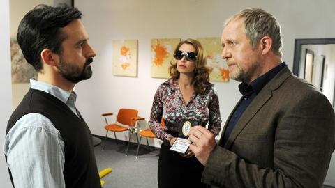 """Hauptkommissar Eisner (Harald Krassnitzer, r.) trifft in der Praxis """"Youth Health"""" von Therapeut Schmitz (Harald Schrott) auf die Schlagersängerin Jaqueline Stein (Aglaia Szyszkowitz)."""