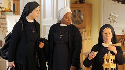 Mitten in der Weihnachtshektik bricht Schwester Hanna (Janina Hartwig, li.) zur Wallfahrt nach Fatima auf. Jetzt müssen ihre Mitschwestern Felicitas (Karin Gregorek, re.) und Lela (Denise M'Baye) ohne sie klarkommen.