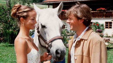 Martina (Lara Joy Körner) hat sich in den umsichtigen angehenden Tierarzt Erik Wilcken (Daniel Morgenroth) verliebt.