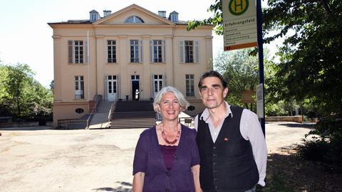 """Beatrice Dastis Schenk und Matthias Schenk haben im Schloss Freudenberg die Ausstellung """"Erfahrungsfeld der Sinne"""" eröffnet."""