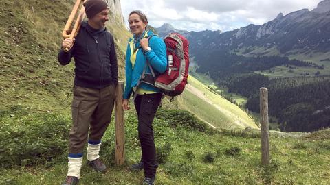 Tamina Kallert (r.) in den Bergen im Appenzeller Land mit ihrem Begleiter Jürg Steigmeier.