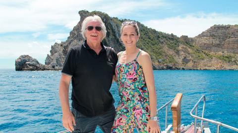 Moderatorin Tamina Kallert erkundet die Schönheit der Insel Ibiza gemeinsam mit Achim Möller per Boot.