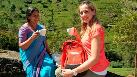 Das kühle Klima auf 1.800 Metern Höhe ist ideal für den Anbau von Tee und machte Sri Lanka zu einem der größten Tee-Exporteure der Welt. Tamina Kallert lässt sich zeigen, wie der berühmte Ceylon-Tee gepflückt, getrocknet und verarbeitet wird.