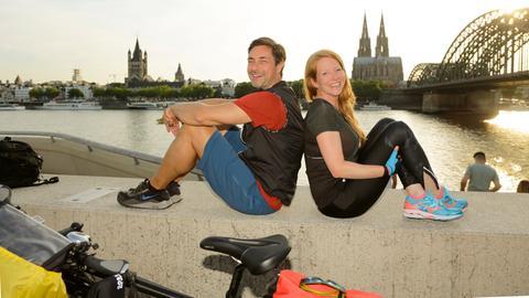 Die Moderatoren Marco Schreyl (l.) und Janine Breuer-Kolo (r.) starten zu einer sechstägigen Radtour.