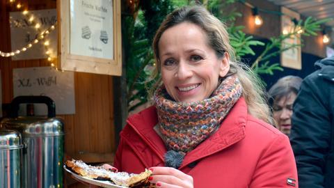 Moderatorin Tamina Kallert beim Waffelessen auf dem Weihnachtsmarkt im Wildwald Arnsberg-Vosswinkel.