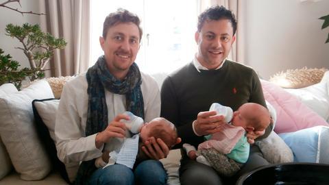 Väter Johnny und Stefan aus Stuttgart mit den Zwillingen Amalia und Aurelio.