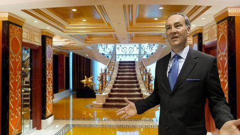 Hoteldirektor Heinrich Morio im Treppenaufgang des Burj al Arab-Hotel in Dubai.