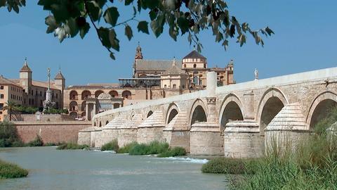 """Blick auf die Puente Romano, die """"Römische Brücke"""", und die Mezquita-Catedral von Córdoba."""
