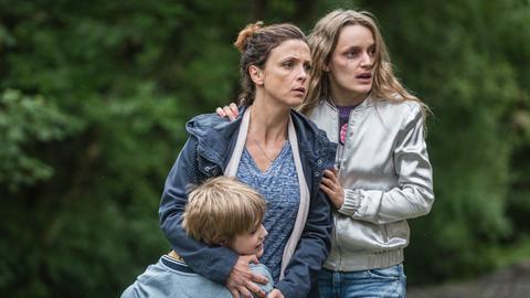 Stella Crane (Julia Brendler), ihr Sohn Sam (Jack Ross) und Terry Malin (Hanna Hilsdorf).