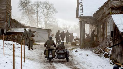 Deutsche Soldaten besetzen ein Dorf vor Leningrad.