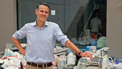 Jan Bolland lehnt sich auf seiner Hotel-Baustelle an einem Arbeitstisch an.